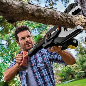Worx WG329E 20V Astsäge Jawsaw, Mann sägt Ast am Baum