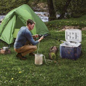 Worx WG629E Worx 20V Akku-Hochdruckreiniger, Mann reinigt einen Behälter