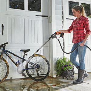 Worx WG629E Worx 20V Akku-Hochdruckreiniger, Frau reinigt ein Fahrrad